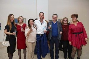 Ordfører Vicente Arques i Alfaz del Pi og Åge Folkestad, i anledning dagen kledd i blått, sammen med en knippe vinglade gjester, under lanseringen på Frax.