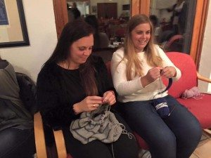 Stemningen var god da rundt 20 damer i sin beste alder møtte opp med strikke- og snakketøyet på strikkekafé sist torsdag.
