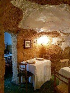 Las Cuevas serverer en fire-retters lunsjmeny fra 13.00 til 17.00. På kveldstid holdet den fredede restauranten åpent mellom 18.30 og 23.00.