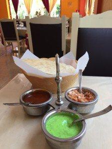 Måltidene ved Star of India II er alltid akkompagnert av papadum med utvalgte sauser som peppermynte og yoghurt, mango og krydret løk.