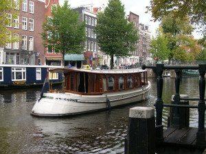 Kanalene og husbåtene gir Amsterdam et spesielt inntrykk