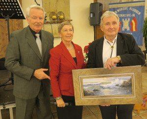 Klubben i Alfas hilste og gratulerte, det var Bjørg og Hans Svedbergh som overrakte gave til Jarle Rundhaug.