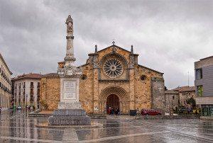 Iglesias de San Pedro er en kirke som ble oppført på 1100-tallet. Som så mange andre bygninger i Àvila er kirken monumental og vakker.