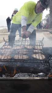 Det ble grillet svinekoteletter i lange baner til alle fremmøtte.