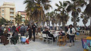 Mange hadde tatt med bord og stoler og tilbragte søndagen her.