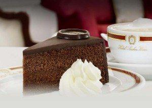 Sjokoladekaken Sachertorte smaker himmelsk.
